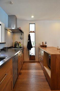 数人でも調理ができるゆったりとしたキッチンスペース。 Kitchen Interior, Kitchen Decor, Kitchen Design, Japanese Kitchen, Cabin Kitchens, Diy Kitchen Storage, Wooden Kitchen, Kitchen Living, House Rooms