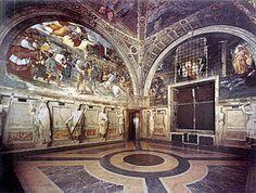 La Stanza di Eliodoro fu la seconda ad essere decorata. Ha 4 affreschi alle pareti: Cacciata di Eliodoro dal tempio, Messa di Bolsena, Liberazione di san Pietro, Incontro di Leone Magno con Attila. Nel soffitto ci sono 4 episodi biblici. La volta ha al centro un medaglione con lo stemma di Papa Giulio II. Attorno c'è un anello figurato diviso diagonalmente in quattro scomparti. Le scene rappresentate sono il Sacrificio di Isacco, il Roveto ardente,la Scala di Giacobbe,l'Apparizione di Dio a…