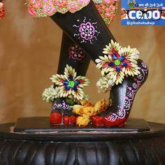 Krishna Krishna, Jai Shree Krishna, Rama Sita, Sri Rama, Blue Balloons, Cloth Flowers, Hindi Quotes, Deities, Hare