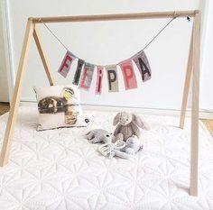 Aktivitetsstativ til baby i træ (399 kr.) fra Littleroom.dk