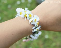 Daisy. Fresh flower chain bracelet. Made by Ysis of Le Beauty Girl blog.