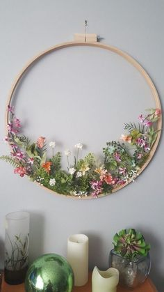 Embroidery hoop wildflower wreath- what a stunning spring decoration!I thought this was embroindery at first from the thumbnail, haha.Stickrahmen Wildflower Kranz Stickrahmen Wildflower Kranz Source DIY Spring Flower Wreath For Decoration - Page Deco Floral, Arte Floral, Home Crafts, Diy And Crafts, Decor Crafts, Diy Wall Decor, Home Decor, Embroidery Hoop Crafts, Wedding Embroidery