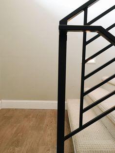 New black stairs railing decor 34 Ideas Black Stair Railing, Outdoor Stair Railing, Interior Stair Railing, Stair Railing Design, Metal Stairs, Staircase Railings, Modern Staircase, Black Stairs, Railing Ideas