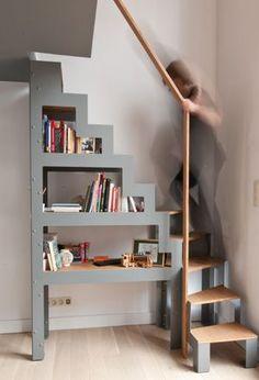 Libro, c'est l'escalier libre ; un croisement entre une étagère et une escabelle. Simplement posé au sol, comme un meuble, décalé du mur et du seuil de l'étage, Libro surprend.