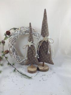 **------  2 wunderschöne Tannenbäume für eure ganz individuelle Deko !  ------**  Hier habe ich für euch 2 Tannenbäume entworfen, genäht und dekoriert.  ... Ob als Deko für die Fensterbank ......