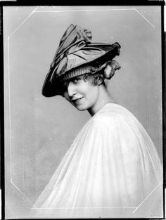 """Modeentwurf der """"Wiener Werkstätte""""  Description: Damenhut der """"Wiener Werkstätte"""" Creator: Madame d'Ora, Atelier Date: 1920-04-08"""
