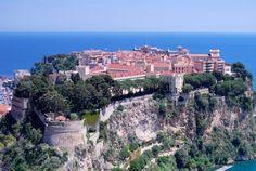 La Principauté de Monaco. On aime déambuler dans les ruelles de la vieille ville, observer l'architecture du Palais Princier ou flâner dans son Jardin Exotique, à flanc de falaise.