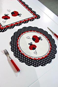 İkili Uğur Böceği Runner Ve 2 Yuvarlak Amerikan Servis Set Sewing Hacks, Sewing Crafts, Sewing Projects, Projects To Try, Table Runner And Placemats, Table Runners, Kitchen Placemats, Lady Bug, Place Mats Quilted