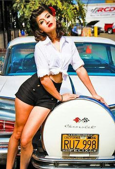 Style Pin-up Rockabilly Pinup style. Love the high waisted shorts with tied flannel button up shir Rockabilly Style, Rockabilly Moda, Rockabilly Fashion, Retro Fashion, Rockabilly Girls, Pin Up Auto, Pin Up Car, Models Men, Pin Up Models