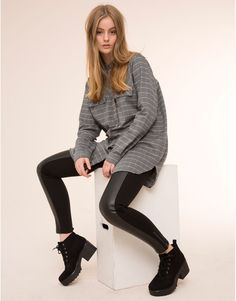 Pull&Bear - mujer - leggings - legging motero delantero polipiel - negro - 09682330-I2015
