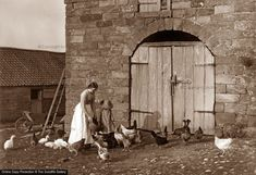 Rural people, by Frank Meadow Sutcliffe - Victorian Photographer Antique Photos, Vintage Pictures, Old Pictures, Old Photos, Vintage Images, The V&a, Studio Portraits, Vintage Photography, Historical Photos