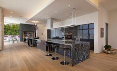 Küche mit Marmor-Arbeitsplatte in Dunkelgrau