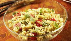 Mal etwas anderes als Nudelsalat zum Grillen? Kein Problem, dann versuche es mal mit gekochtem Couscous, knackigen, grünen Oliven und saftigen Datteltomaten. Super lecker und erfrischend!