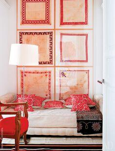В спальне для гостей — кровать по эскизу хозяина, антикварное кресло в стиле ампир. Композиция на стене создана из перкалевых платков времен Наполеона III.