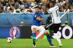 Italy's forward Pelle (L) vies for the ball against Germany's defender Jerome Boateng during the Euro 2016 quarter-final football match between Germany and Italy at the Matmut Atlantique stadium in Bordeaux on July 2, 2016.. / AFP / VINCENZO PINTO