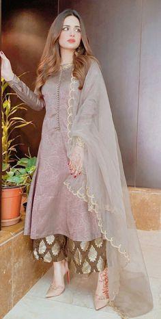 Beautiful Pakistani Dresses, Pakistani Formal Dresses, Pakistani Fashion Party Wear, Pakistani Bridal Wear, Indian Fashion Dresses, Pakistani Dress Design, Indian Designer Outfits, Stylish Dresses For Girls, Simple Dresses