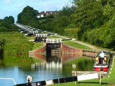 Caen Hill Locks, Devizes a flight of 29 locks on the Kennet and Avon Canal, between Rowde and Devizes in Wiltshire England. Canal Barge, Canal Boat, Canal E, Boating Holidays, Canal Holidays, Great Places, Places To See, Dutch Barge, Narrowboat