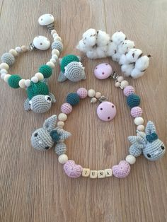 Handmade mit Liebe. Kinderwagenkette gehäkelt mit Hase und Schildkröte in zarten tönen Crochet Necklace, Jewelry, Sewing Art, Kids Wagon, Bunny, Craft Gifts, Love, Creative, Schmuck