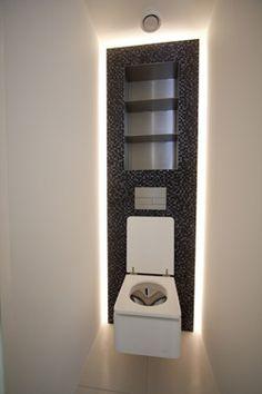 Hoekig toilet met indirecte verlichting in de achterwand
