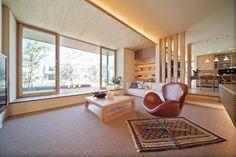 """窓の外に見える自然との距離が近づき、心安らぐ""""こもり感""""が生まれる居心地のいいピットリビング Japanese Style House, Japanese Home Decor, Japanese Interior, Cozy Living Rooms, Living Room Kitchen, Home And Living, Living Room Decor, Muji Home, Living Room Images"""