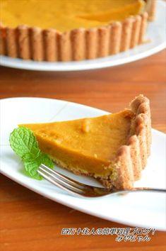 ホットケーキミックスで作る簡単タルト。タルト生地も一緒に焼いてしまうから、とっても簡単♪フィリングは、かぼちゃの甘さを生かして砂糖は少なめにシナモンはお好みで調整して下さいねシナモンが苦手な方は、バニラエッセンスや、ブランデーなどを加えてもOK。★★★レシピ★★★★材料(18cmのタルト1台分)・・・底が取れるタイプ使用・かぼちゃ(皮なし)200gA・ホットケーキミックス100g・バター40g・牛乳(豆乳可)大さじ1/2B・卵1個・三温糖(上白糖可)大さじ2・牛乳(豆乳可)大さじ1・シナモン適量作り方1.Aのバターは耐熱ボウルに入れラップをせず電子レンジ600Wで15秒加熱し軟らかくしておく。ホットケーキミックスと牛乳を加え手でよく混ぜてこねる。タルト型に敷き、底はフォークで所々穴を開ける。2.かぼちゃは薄切り...ホットケーキミックスで♪簡単かぼちゃタルト☆