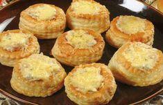 Une recette simple, accessible à tous, Vol au Vent farcis de thon ou de crevettes, parsemer de fromage râpe. Bonne dégustation.