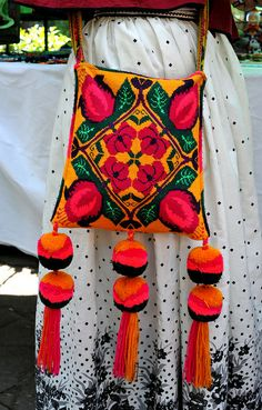 This colorful shoulder bag belongs to a young Huichol woman from Santa Catarina, Jalisco, Mexico. Photo by Teyacapan Mexican Crafts, Mexican Folk Art, Mexico People, Mexican Costume, Yarn Painting, Mexican Textiles, Ethno Style, Mexican Fashion, Mexican Embroidery