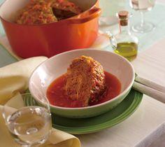 【シューファルシ】お祝いの会食などの席で、ダイナミックにテーブルを盛り上げます。丸ごとキャベツとお肉のボリュームに、みんなが大満足のメニューです。  http://lecreuset.jp/community/recipe/shoefarsi/