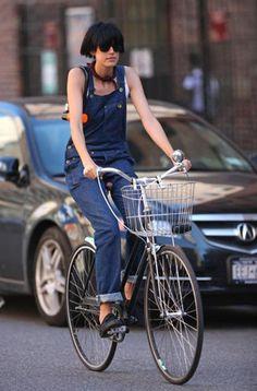 Unisex Fashion, Denim Fashion, Fashion Outfits, Fashion Trends, Fasion, Bicycle Women, Bicycle Girl, Agyness Deyn, Bike Style