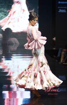 #Blusa de #encaje con volantes de capa en las mangas combinada con #falda de…