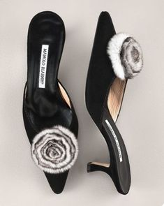 look closely! Pretty Shoes, Beautiful Shoes, Shoe Boots, Shoes Heels, Manolo Blahnik Heels, Only Shoes, Dream Shoes, Shoe Collection, Designer Shoes