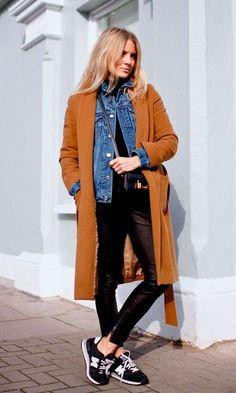 bfd19f2bcd sobretudo preto + camisa jeans + calça de couro preta + new balance   fashion Look