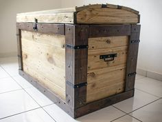 Pallet trunk! I could use a few of these to put memories and treasures in….makes a good bench to sit on! or outside trunk to hold cushions/gardening stuff on deck and sit on as well.