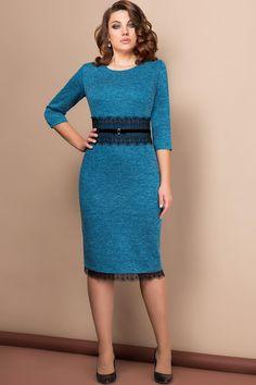 Элегантное женское платье прямого силуэта, выполнено из трикотажной ткани с люрексом (ткань хорошо тянется). Платье по талии декорировано кружевом с пришивной тесьмой из бархата и бантиком с брошью. Низ платья декорирован кружевом. По спинке платья потайная молния-застежка, снизу шлица. Платье прекрасно подойдет для торжественного мероприятия и повседневной носки, вы будете выглядеть в нем неотразимо и роскошно. Длина платья 108 см., по кружеву 112 см. Длина рукава 43 см.