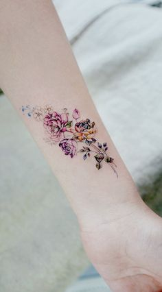 Simple tattoo designs to wear your favorite flower on your skin. Are you … Tattoos flower tattoos designs – diy best tattoo ideas - diy tattoo images Diy Tattoo, Tattoo Shop, Wrist Tattoo, Tattoo Style, Tattoo Trend, Simple Tattoo Designs, Flower Tattoo Designs, Flower Tattoo Meanings, Tattoo Ideas Flower