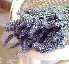 How to make homemade lavender oil. Lavender oil is one of the most used both in medicine and in cosmetics and perfumery for its multiple properties. Lavender oil can be used to treat. Dried Lavender Flowers, Lavender Soap, Dandelion Oil, Diy Beauty, Beauty Hacks, Homemade Coconut Oil, In Cosmetics, How To Make Homemade, Natural Cleaning Products
