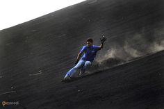 Серро-Негро – #Никарагуа #Леон (#NI_LE) Адепты вулкан-бординга, скользящие по покрытым пеплом склонам активного вулкана Серро-Негро в Никарагуа. http://ru.esosedi.org/NI/LE/1000104131/serro_negro/