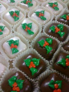 Christmas petit fours Christmas Tea, Christmas Cupcakes, Christmas Goodies, Christmas Desserts, Fancy Cakes, Mini Cakes, Cupcake Cakes, Holiday Baking, Christmas Baking