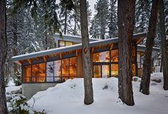 Casa junto al Lago Wenatchee, con habitación oculta incluida. Elegante diseño de casa de campo, de dos plantas, construida casi a la orilla de un lago. Diseño de interior de lujo, con importantes acabados de madera. Planos.       #Arquitectura