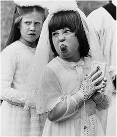 Les filles faisaient leur communion soit en aubes, soit en robes blanches à volants et dentelles qui les faisaient ressembler à de petites mariées. / France.