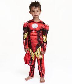 Röd/Iron man. En maskeraddräkt med vadderat bröst och axlar. Knäppning med kardborreband bak.