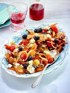 Geröstetes Brot, Möhren, Tomaten, Oliven und Feta sind die Hauptzutaten für diesen super leckeren Salat, der perfekt zu Gegrilltem passt. Leeecker!