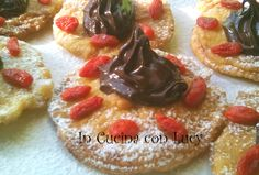 Ecco un'altro dei miei dessert spettacolari ma nel contempo molto semplice da realizzare. Trattasi di mele pastellate e farcite con crema gianduia e bacche di goji.