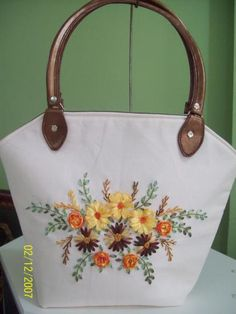 Hasil gambar untuk bordados a mano con cintas Embroidery Purse, Silk Ribbon Embroidery, Hand Embroidery Designs, Embroidery Stitches, Hessian Bags, Jute Bags, Diy Tote Bag, Ribbon Art, Patchwork Bags