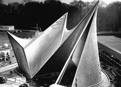 """El """"poema electrónico"""" de Xenakis y Le Corbusier El Pabellón Philips fue una construcción efímera diseñada por los arquitectos Le Corbusier e Iannis Xenakis con motivo de la exposición universal de Bruselas de 1958. El edificio alcanzó notoriedad por la radicalidad de su planteamiento y por la intensa fusión artística entre arquitectura, imagen y sonido. #música #arquitectura #frases #inardi"""