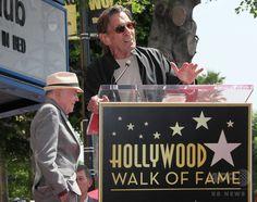 米SFドラマ「スター・トレック」に出演した米俳優のウォルター・ケーニッグ氏(左)のハリウッド殿堂入りを祝う式典に出席した米俳優のレナード・ニモイ氏(2012年9月10日撮影、資料写真)。(c)AFP/Getty mages/David Livingston ▼28Feb2015AFP|スタートレックのMr.スポック役、米俳優レナード・ニモイ氏死去 http://www.afpbb.com/articles/-/3041055 #Leonard_Nimoy