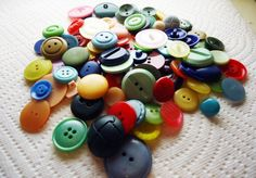 Vintage Sewing Vintage Button Guide - Ways to Identify Antique Buttons Button Art, Button Crafts, Denim Crafts, Sewing Hacks, Sewing Crafts, Fabric Crafts, Sewing Ideas, Paper Crafts, Gemstone Brooch
