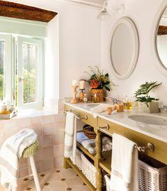 00449891. Baño rústico con mueble de madera verde, espejos redondos y azulejos rústicos cuadrados 00449891