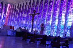 Enquanto muito se fala na Catedral de Brasilia, obra de Oscar Niemeyer, pouco se faz para divulgar a Igreja Dom Bosco, obra magnifica por dentro, porém de uma completa simplicidade externa...