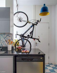 Uma bicicleta no meio da cozinha! E não é que fica legal?